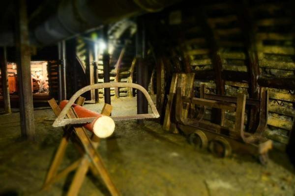 kopalnia, stojak z piłą ręczną