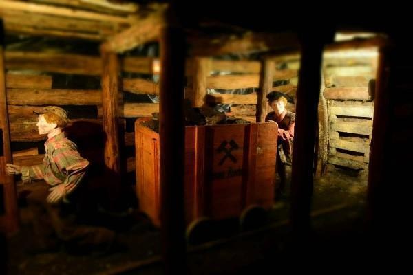 kopalnia, wagonik z górnikami