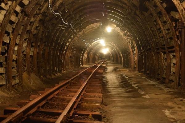 kopalnia, tunel z szynami